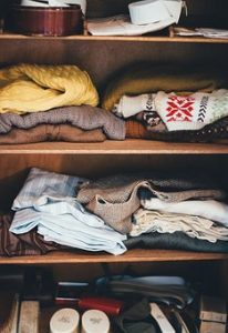 рафтове с дрехи